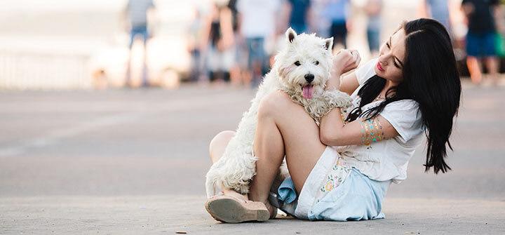 garota com um cachorro